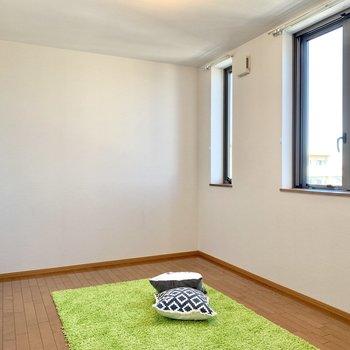 【洋室8.8帖】こちらの洋室が広めの作りです。※ 家具はサンプルとなります