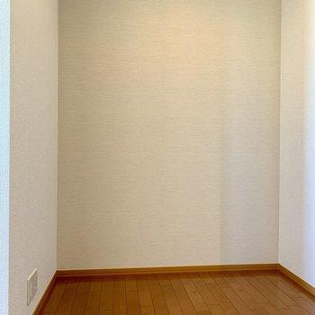 【洋室8.8帖】壁を挟んで、2帖ほどのスペース。机を置けばミニ書斎に