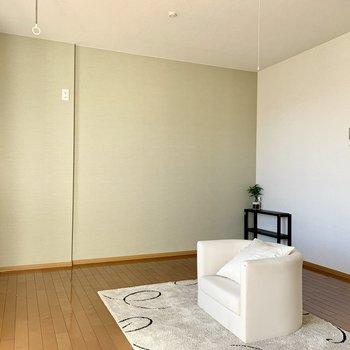 【LDK】サイドの壁はアクセントでモスグリーン※ 家具はサンプルとなります