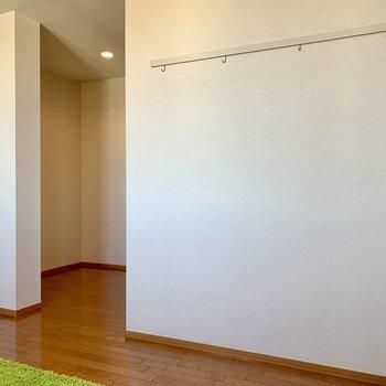 【洋室8.8帖】窓側から。奥にも、壁越しに広がります※ 家具はサンプルとなります