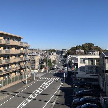 洋室7帖の窓からは、道路と、近隣のコンビニやスーパーが見えます