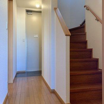 廊下部分へ。階段を登って2階を見てみましょう