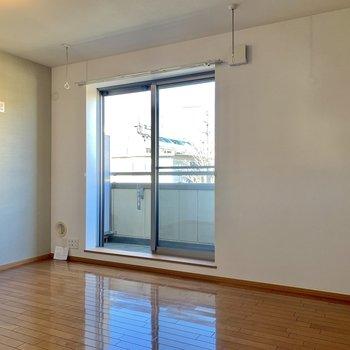 【LDK】窓沿いには、室内干しが付いています