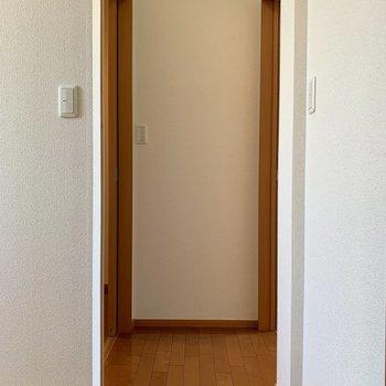 階段登って左には洋室や納戸