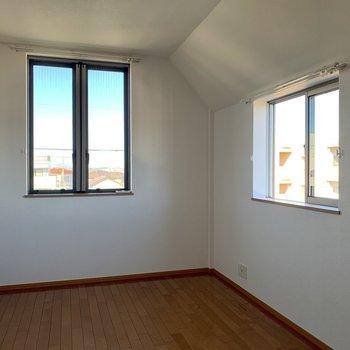 【洋室7帖】角部屋で2面窓があります