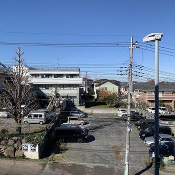 眺望は道路と、お向かいにある月極駐車場