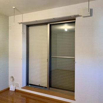 窓には雨戸付き。室内物干し受けも付いています