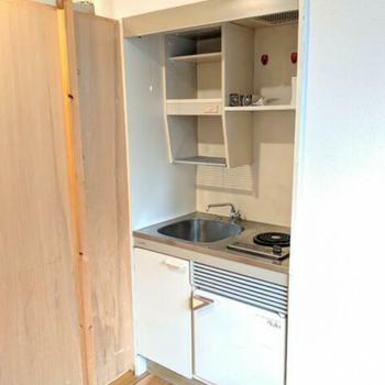 室内にはコンパクトなキッチン
