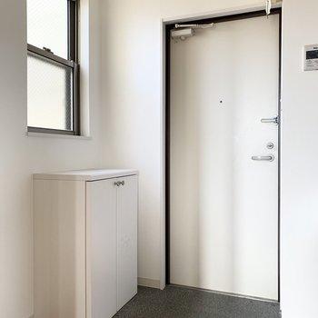 さて、室内の最後は玄関を。こちらにも窓があって明るい空間。
