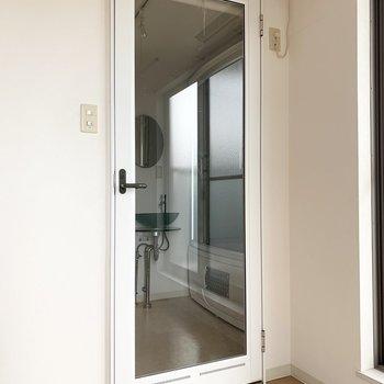 水廻りはガラスドアから。ロールスクリーン付で目隠しも可能です。