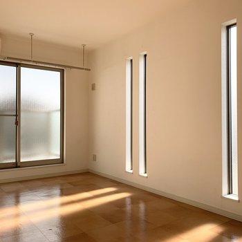 スリット窓からの光が綺麗です◎