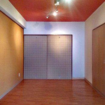 洋室はこんな感じ。上下左右見ても、目に入る色は全く違う