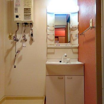 洗面台その横には洗濯機置場あり