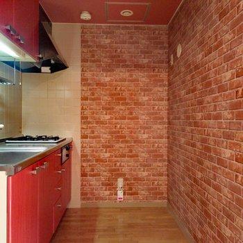 レンガ調が効いていて暖炉の中のようなキッチン周り
