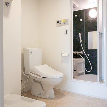 洗濯機置き場やトイレが並びます。