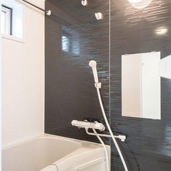 浴室の小窓で換気ができますよ。