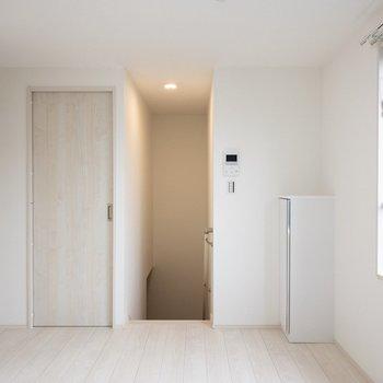 左の扉がキッチンです。