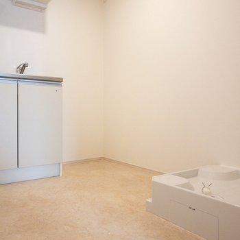洗濯機置き場はキッチン側に。