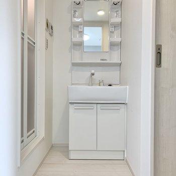 洗面台前にパーテーションを置いても良さそう。