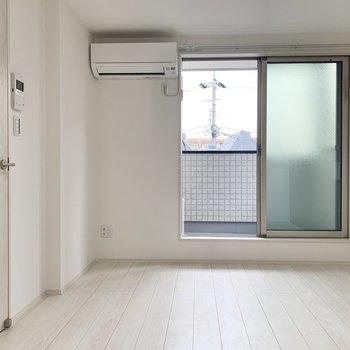 フローリングは白なので家具も合わせやすそう。