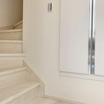 玄関を開けると、階段です。