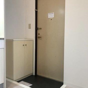 玄関は狭めです。