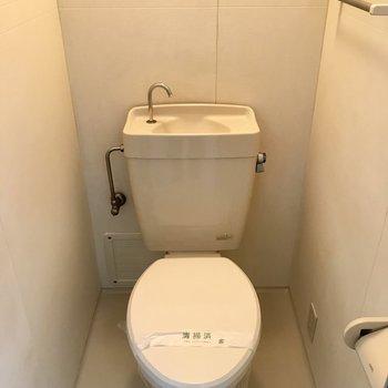 トイレはコンパクト。