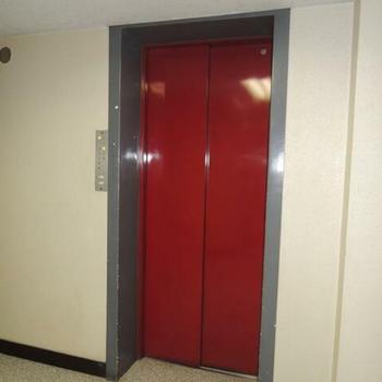 エレベーターの赤色が可愛い
