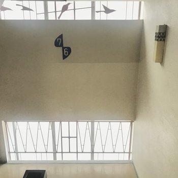 【共用部】階数表示板、4羽の鳥、ランプ…かわいすぎます。