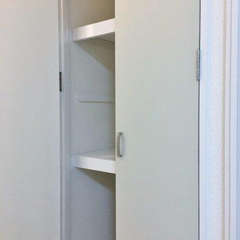 廊下にも奥行きのある収納があります★