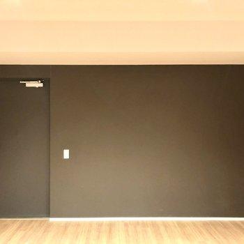 玄関とお部屋の境がないので、玄関マットを敷いたり、シューズボックスを設置すると良いかも。