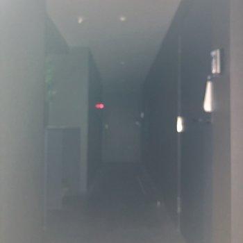 1階のみ共用部が室内になっています。※フラッシュを使って撮影しています