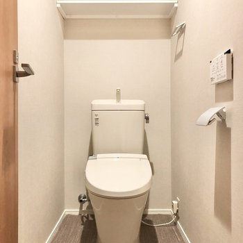 トイレはゆったりしています。収納棚もついています。