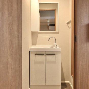 水回りを見ていきましょう。脱衣所にはシンプルな洗面台があります。