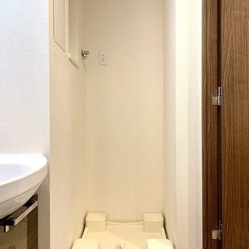 洗濯機置き場上に棚を付けると、洗剤が置けますね