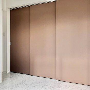【洋室】壁や床が真っ白なのでより扉の色が目立ちますね※写真は8階の同間取り別部屋のものです
