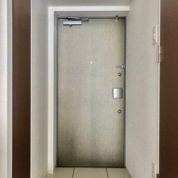 玄関の段差は低めでした※写真は8階の同間取り別部屋のものです