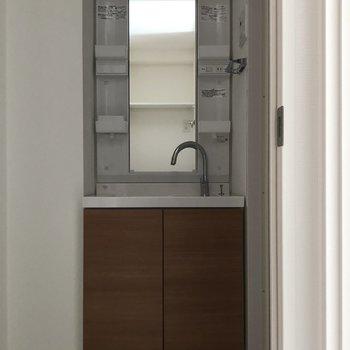 洗面台にはしっかりと収納があり歯ブラシや化粧品を置くことができますね※写真は8階の同間取り別部屋のものです