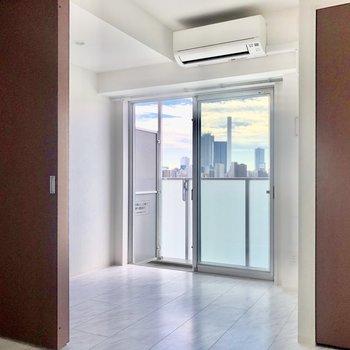 【DK→洋室】窓から太陽の光が差し込んで気持ちがいい!※写真は8階の同間取り別部屋のものです