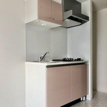 【DK】キッチンはお部屋の扉より少し薄めの色でした※写真は8階の同間取り別部屋のものです
