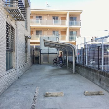 奥には屋根付き自転車置場がありました。