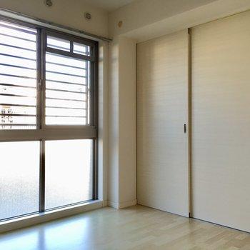 こちらは4.8帖の洋室。(※写真は1階の同間取り別部屋、清掃前のものです)