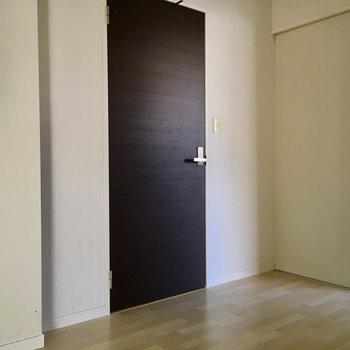 ドアの先は玄関廊下につながっています。(※写真は1階の同間取り別部屋、清掃前のものです)