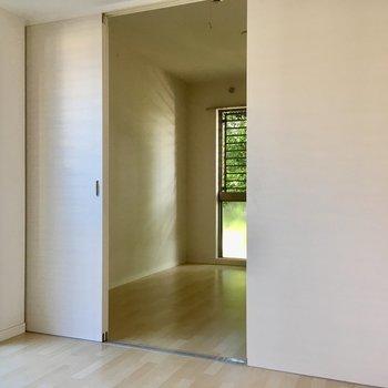 お隣のお部屋とは引き戸で仕切ることが出来ます。(※写真は1階の同間取り別部屋、清掃前のものです)
