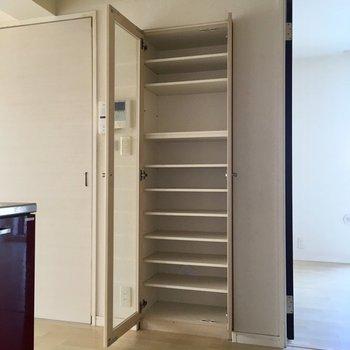 キッチン横の収納棚は本棚に◎(※写真は1階の同間取り別部屋、清掃前のものです)