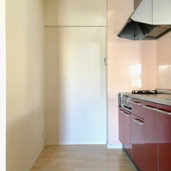 後ろ側には冷蔵庫やシェルフも置けそうです。(※写真は1階の同間取り別部屋、清掃前のものです)