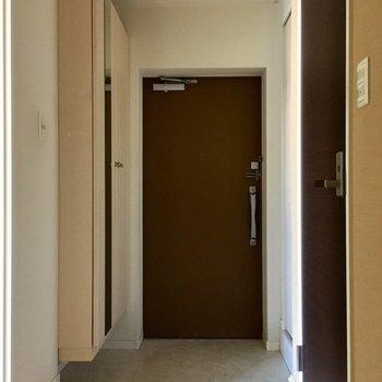 玄関周りはすっきりめ。(※写真は1階の同間取り別部屋、清掃前のものです)
