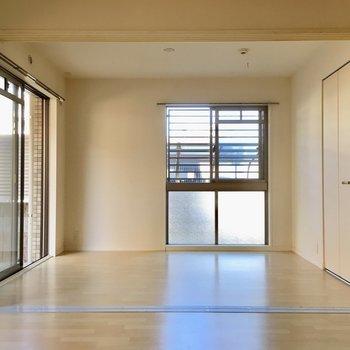 お隣は5.6帖の洋室。(※写真は1階の同間取り別部屋、清掃前のものです)