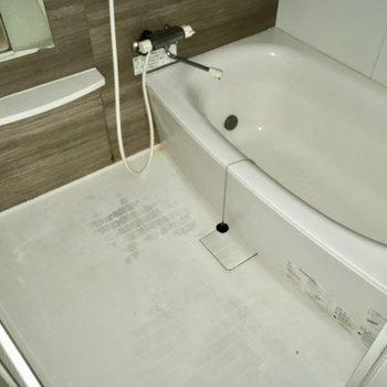 お風呂はサーモ水栓で、浴室も広々〜!(※写真は1階の同間取り別部屋、清掃前のものです)