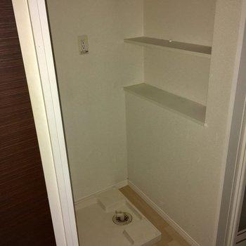 洗濯機置場にはちょっとした棚が◎(※写真は1階の同間取り別部屋、清掃前のものです)
